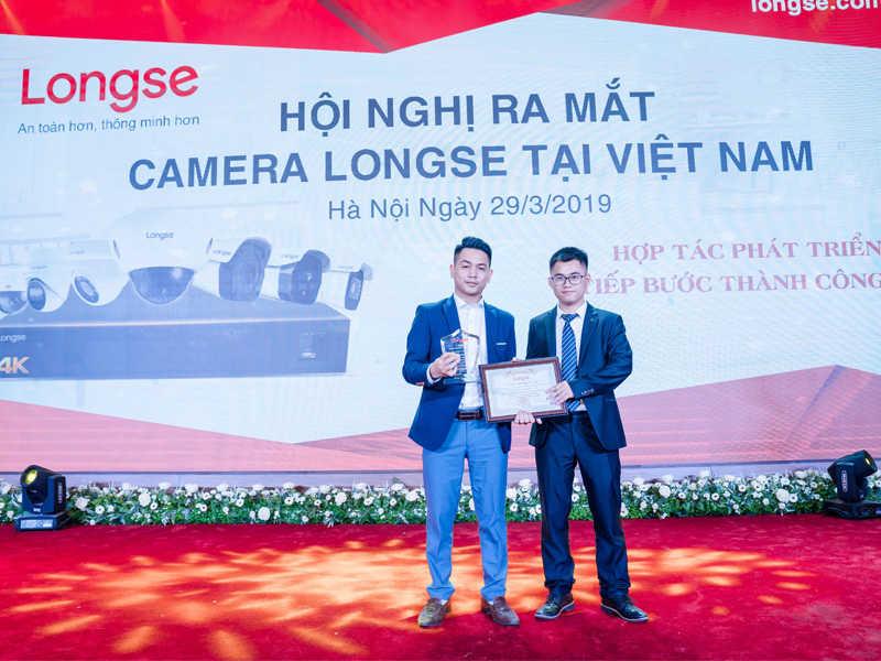 Đại diện Longser trao giấy chứng nhận độc quyền cho Toàn Phát